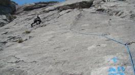 Юра Круглов на первой веревке. Справа внизу - надписи горе-альпинистов