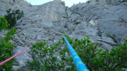 Первая веревка маршрута. Снизу всё казалось проще. Виноват градус. Совсем не лежит, нужно лезть и страховаться