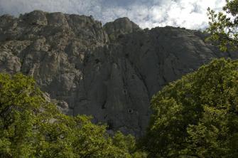 Вид на маршрут из базового лагеря. КружкАми обозначены мы, лезем вторую веревку. Маршрут расположен удачно, все утро - в тени