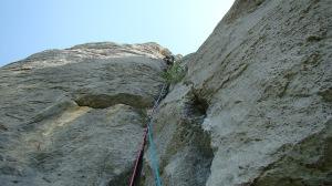 Юра Круглов лезет вторую веревку маршрута. Вторая веревка - это песня.