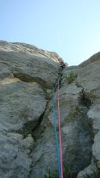 Юра Круглов лезет вторую веревку маршрута. Хорошая вертикальная щель, местами нависающая.