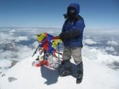 Лёша на Западной вершине Эльбруса с флагом свободного Тибета