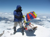 Алексей Юрков (Капитан Воронин) с флагом Далай Ламы на Западной вершине Эльбруса. Фото Ю. Круглова