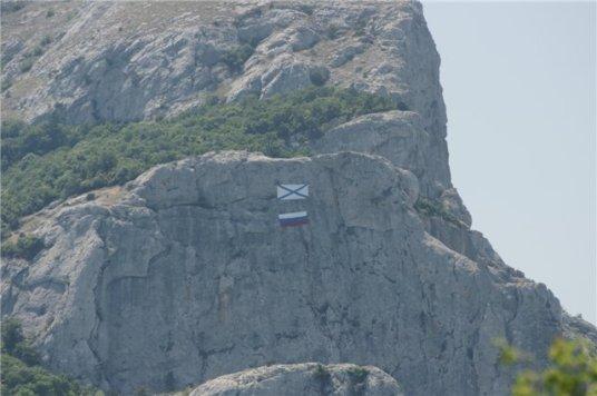 Андреевский и Российский флаги на Ильяс-Кая. Еще недавно здесь висело полотно, напоминающее украинский флаг