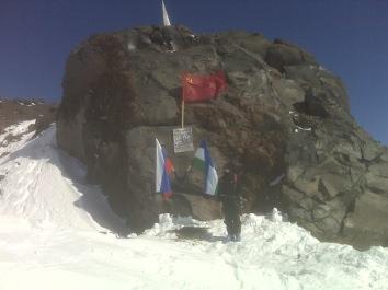 Памятник советским войнам, сорвавшим гитлеровский флаг с вершины Эльбруса 17 февраля 1943 г.