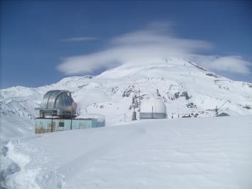 Эльбрусская обсерватория, откуда я сейчас вышел в интернет, - наш ночлег на пути на вершину