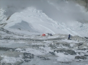 Участок маршрута на Ю-З стене. Внизу виден Лагерь 3. / Route on the SW face with Camp 3 far below.