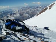 Проходя мимо замёрзших тел на склоне, мысль о кажущейся простоте Эльбруса отступает сама собой