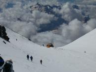 На спуске с Восточной вершины Эльбруса. На заднем плане - хижина/хоспис