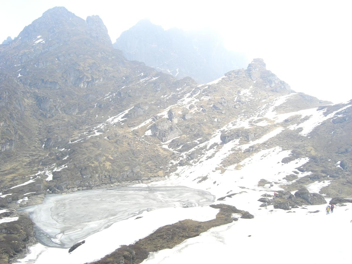 Тропа к перевалу Шиптона идёт через замёрзшие озёра