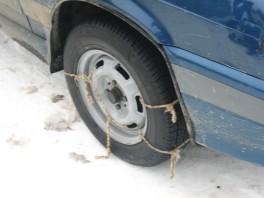 Данное спецсредство допустимо. Рекомендуется использовать верёвку диаметром побольше. Использование простой верёвки вместо цепей зарекомендовало себя как краткосрочное и дешёвое спец средство для повышения проходимости недоприводов.