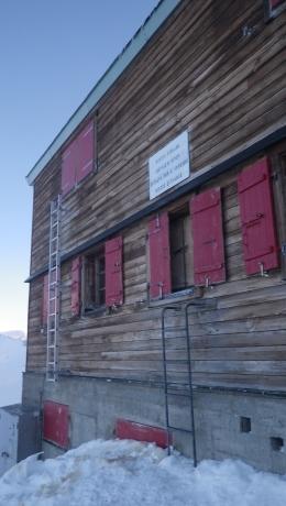 Зимний приют Хёрнли - гайдбук-тайм подхода к нему ~2 часа, но мы шли, затем лезли все 6 - по пояс в снегу.