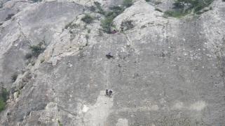 Команда Севастополь ОО ГПСГ опускает носилки к условно пострадавшему, где уже находятся двое спасателей
