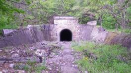 Вход в одну из многих разграбленных патерн в урочище Кизил-Таш. Здесь были склады оружия.