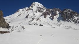 Пересечение Гергетского ледника. Вдали видно здание приюта Bethlemi (бывш. метеостанция)