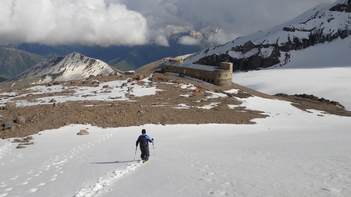 Спуск к метеостанции с церкви на высоте 4000 м