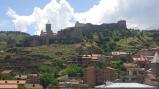 Крепость в центре Тбилиси. Видно, что стены достраивались в разное время