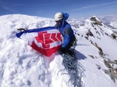 Юра Круглов на вершине Маттерхорна с флагом КСС Крыма