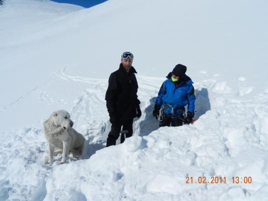 Таго, Женя и Юра копают снежную пещеру