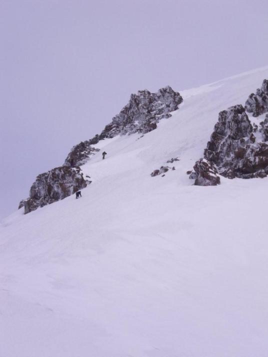 Спуск с вершины на седловину. 1 дюльфер, далее каждый за себя.