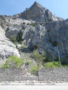 Скала с которой упал героический камень и разрушенная им бутовая стена