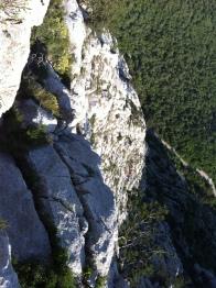В 120 метрах внизу - пострадавший в носилках