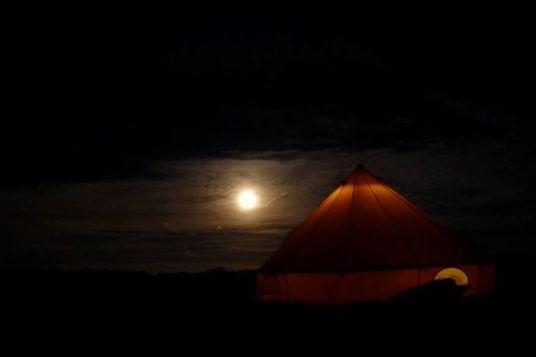 Кемпинг в Bosherston. Палатка наша. В таких палатках британский флот мёрз в Балаклаве зимой 1854 года. Для троих - очень комфортная. Сам кемпинг - огромное поле с травой. В конце поля - душ, туалет и умывальники. По утрам приезжает фермер на Дефендере и собирает по три англорубля с человека