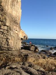 В отлив под скалами можно свободно гулять. В прилив всё заполняется водой - бежать некуда кроме как лезть на стенку