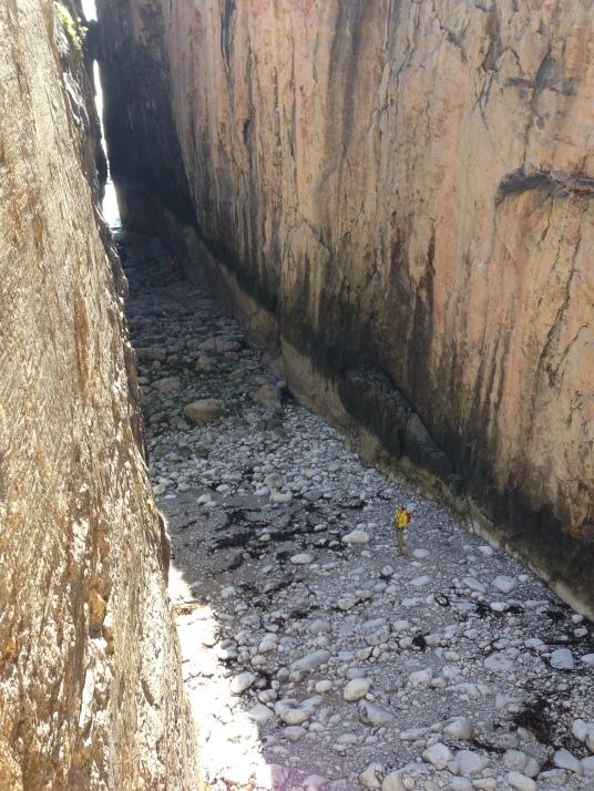 Патрик Добс разглядывает - высохли ли маршруты после отлива