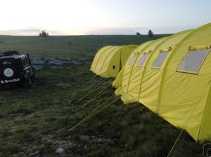 Снаружи наш базовый лагерь похож на цыганский табор. Но внутри там есть все удобства, кроме ванны.