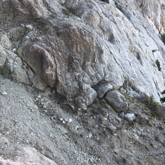Обход сыпучего кулуара на спуске с Рыжей скалы