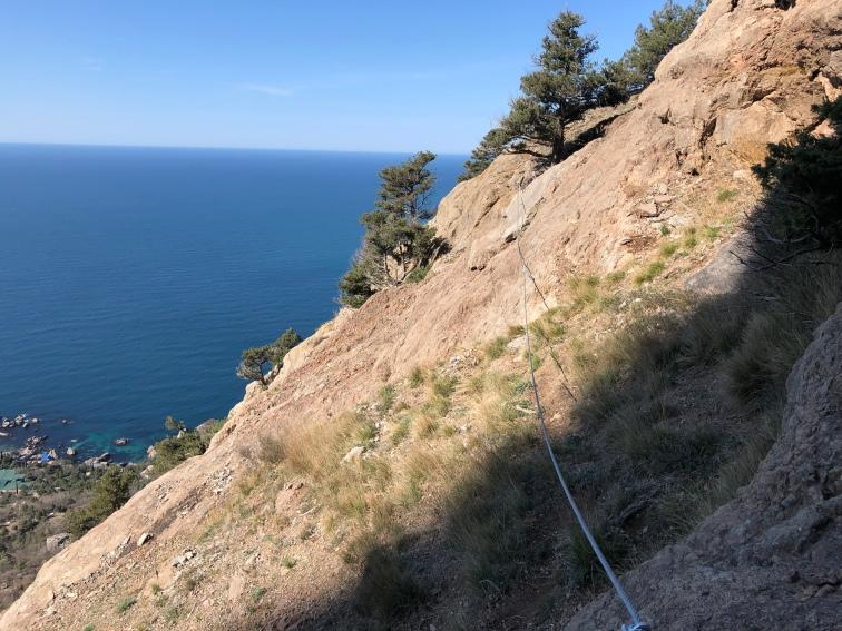 Траверс скального склона на спуске с Рыжей скалы теперь оборудован тросом