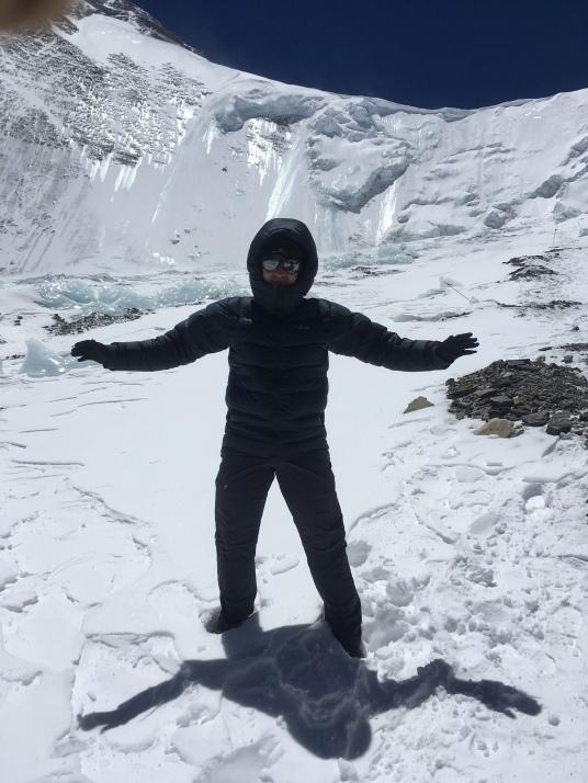 До этой отметки я дошёл в кроссовках. На дальнем фоне Северное седло. Слева вверху - вершина Эвереста