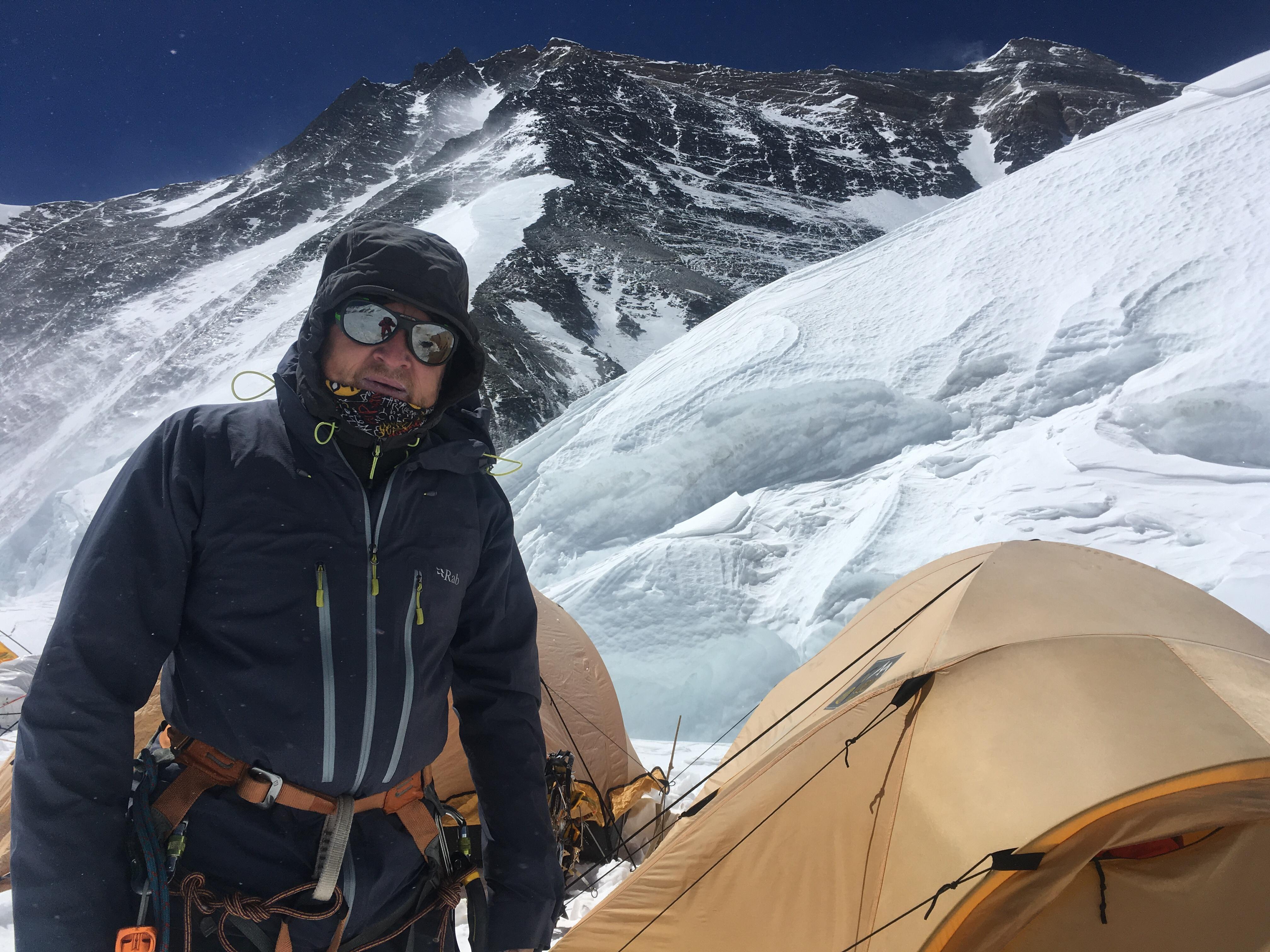 Наш лагерь на Северном Седле. Сзади справа от меня - вершина Эвереста. Чуть ниже - кулуар Месснера