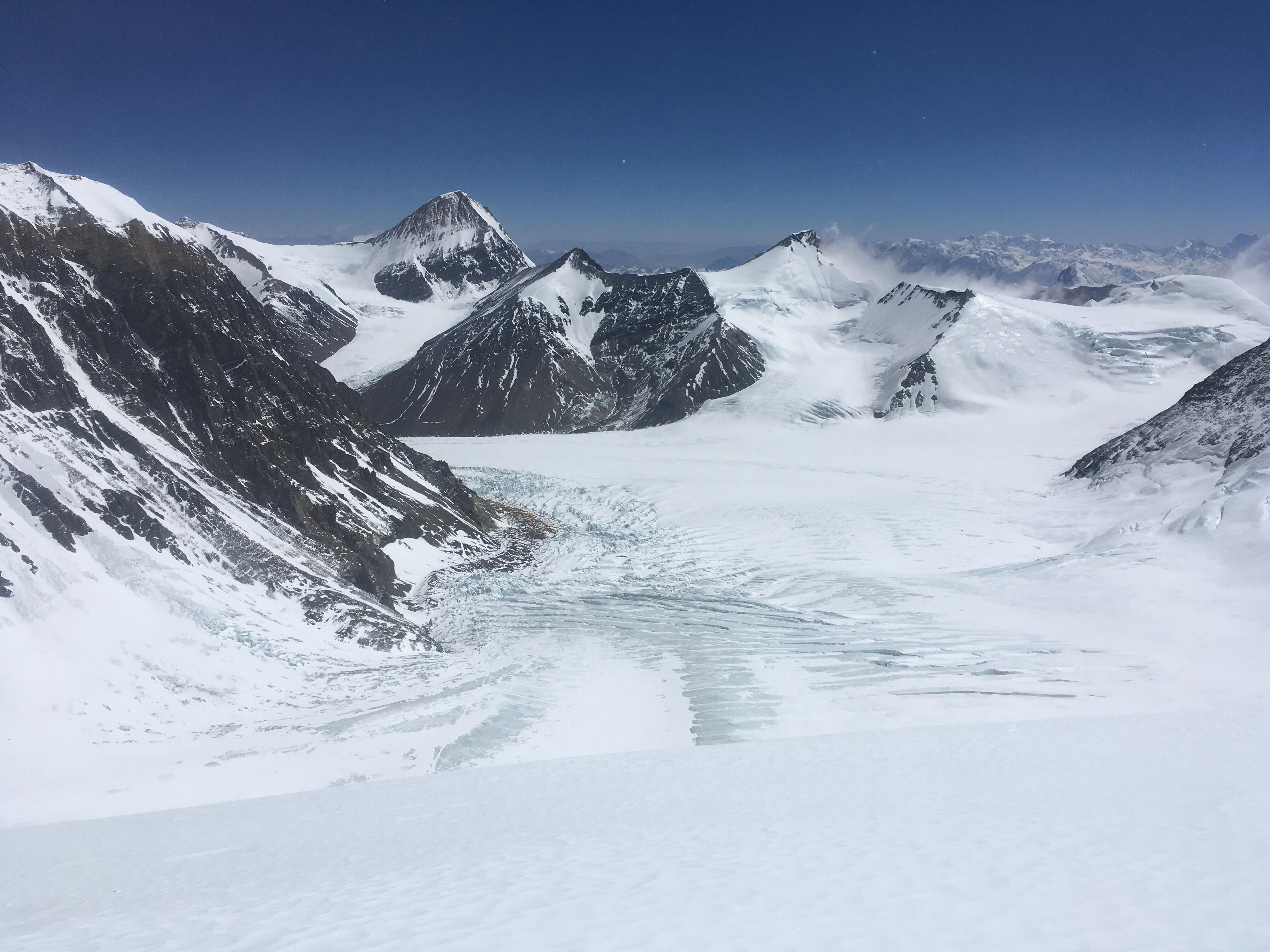 Вид на ледник Восточный Ронгбук с Северного Седла 7000 м. На морене виден лагерь на 6400