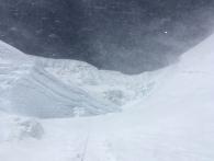 На фото должны быть люди на подъёме на Северное Седло, но из-за ветра видна только верёвка