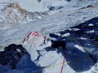 Один из навечно оставшихся альпинистов на маршруте. Я насчитал их шесть, но их, конечно, больше