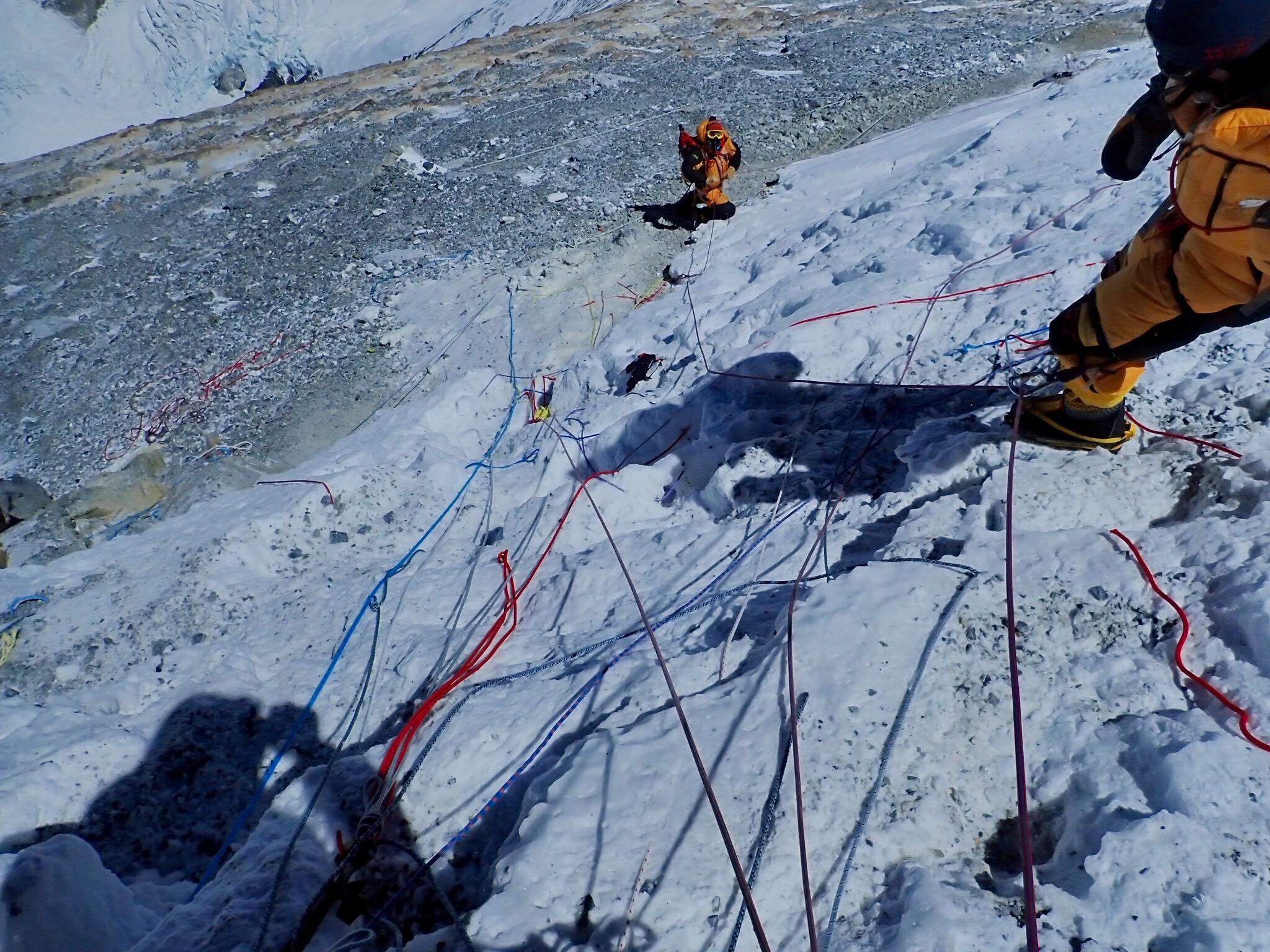 Перильные верёвки на маршруте. Только одна из них - рабочая. Остальные - оставшиеся с прошлых лет