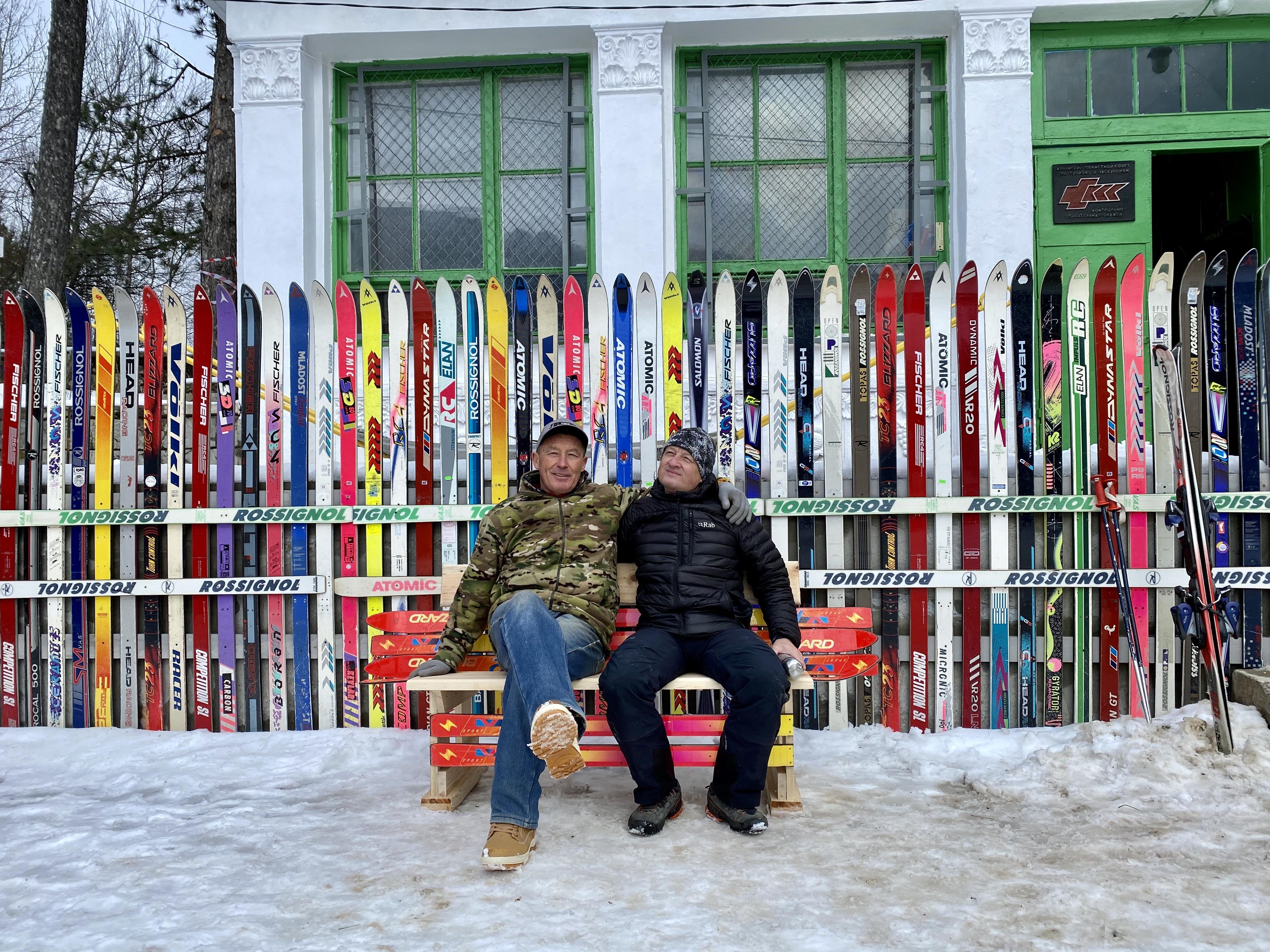 Николай Русин (слева) - автор инсталляции