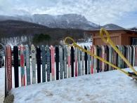 За забором виден склон Чатыр-Дага с его кулуарами и горнолыжной трассой